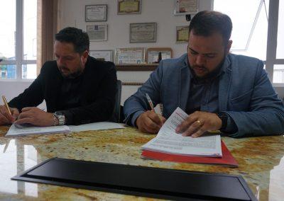 Assinatura do contrato de prestação de serviços.