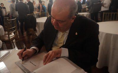 """Livro """"Vozes do Paraná"""" homenageia presidente dos Amigos do HC"""